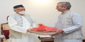 समस्त महाजन के प्रमुख गिरीश जयंतीलाल शाह महाराष्ट्र के राज्यपाल कोशियारी जी से मिले और 'गोमय दीपक' भेंट की